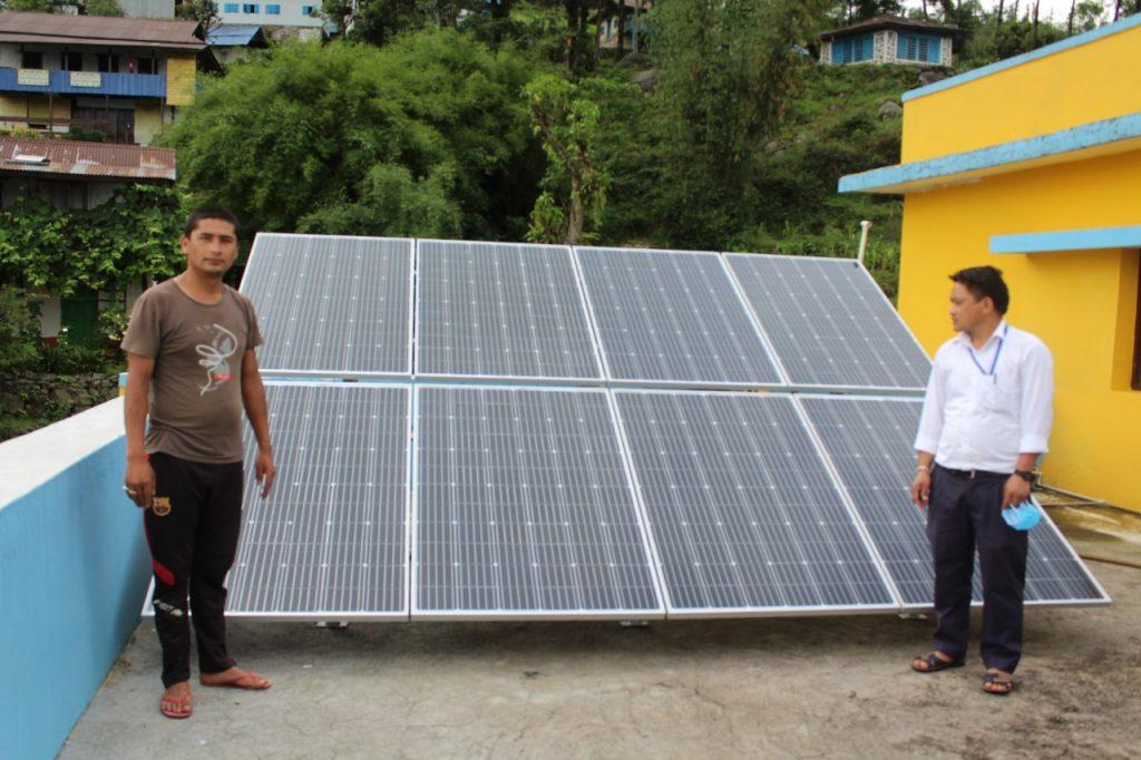 Paneles solares en el hospital del Makalu